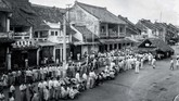 Saat itu, pemberontakan DI/TII pimpinan Kartosuwiryo menghantui di beberapa daerah. Suasana pemilu di kawasan Pecinan, Jakarta 29 September 1955. (Sumber: ANRI)