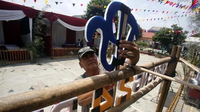 Warga secara swadaya membuat tempat pemungutan suara (TPS) di Kampoeng Pemilu Nusantara, Depok, Jawa Barat, Selasa (16/4). Menjelang pencoblosan, panitia dan warga membuat TPS bernuansa kampung nusantara yang bertujuan untuk mengajak masyarakat agar tertarik menggunakan hak pilih. ANTARA FOTO/Yulius Satria Wijaya