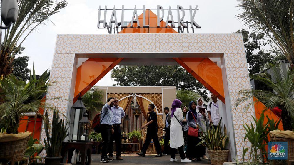 Warga melintas di depan gerbang utama Halal Park saat acara peresmian pembangunan Halal Park, Jakarta, Selalsa (16/4).Presiden Republik Indonesia Joko Widodo (Jokowi) membuka Moslem District Destination, Halal Park yang akan menjadi ekosistem bagi pelaku industri gaya hidup halal di Tanah Air. (CNBC Indonesia/Andrean Kristianto)