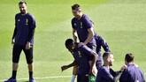 Cristiano Ronaldo bersenang-senang dengan Blaise Matuidi pada latihan terakhir di Vinovo, Senin (15/4), jelang Juventus vs Ajax Amsterdam. (REUTERS/Massimo Pinca)