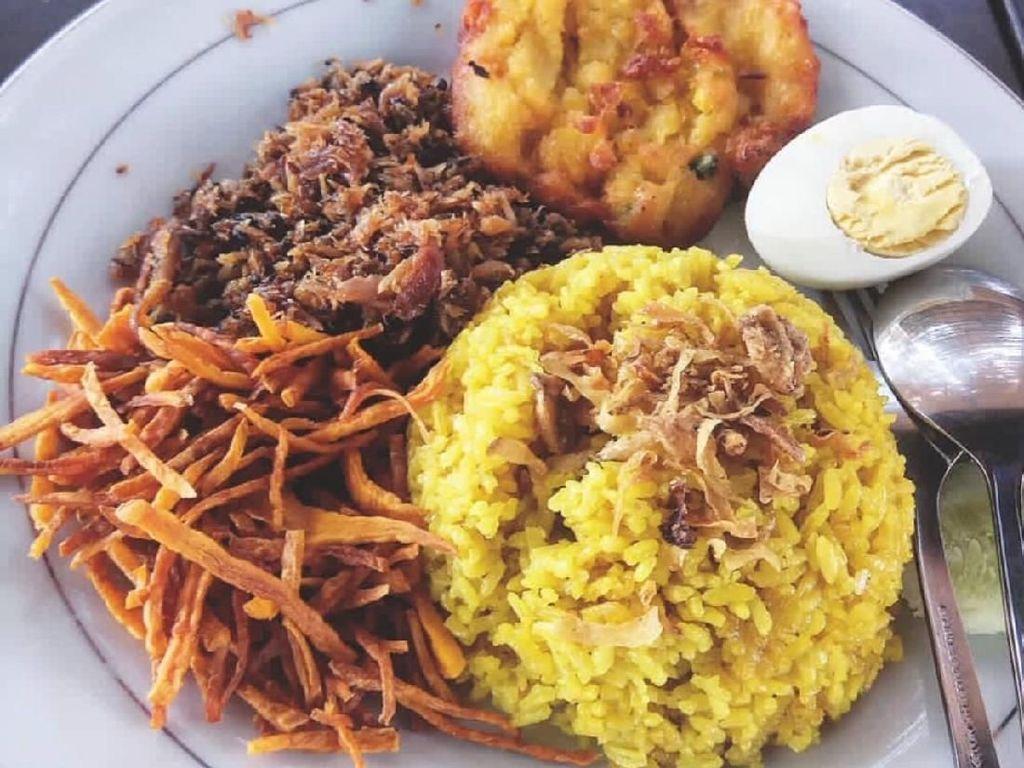 Racikannya sederhana, nasi kuning, telur rebus, sambal roa atau cakalang dengan kering ubi. Rasanya sungguh nikmat! Foto: Instagram @ wiyoktochristian
