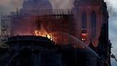 Akibat api yang cepat menjalar, atap gereja berbahan kayu yang berusia 850 tahun itu tidak berhasil diselamatkan. (REUTERS/Benoit Tessier)