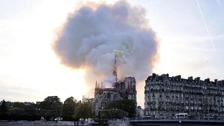 Presiden Rusia, Vladimir Putin, mengatakan masyarakat negaranya sangat berduka atas kebakaran yang melahap katedral Notre-Dame di Paris, Prancis, Senin.