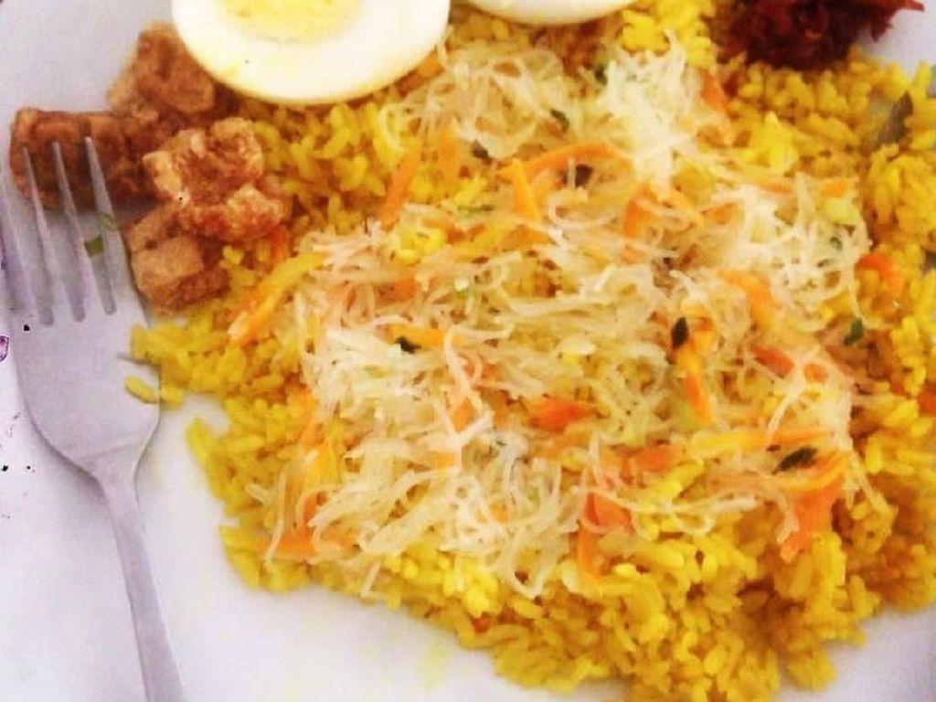 Suun goreng, sambal roa dan sambal cakalang jadi lauk racikan nasi kuning yang satu ini. Foto: Instagram @velov3