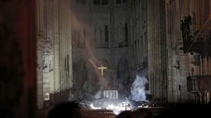 FOTO: Amuk Si Jago Merah di Gereja Notre-Dame