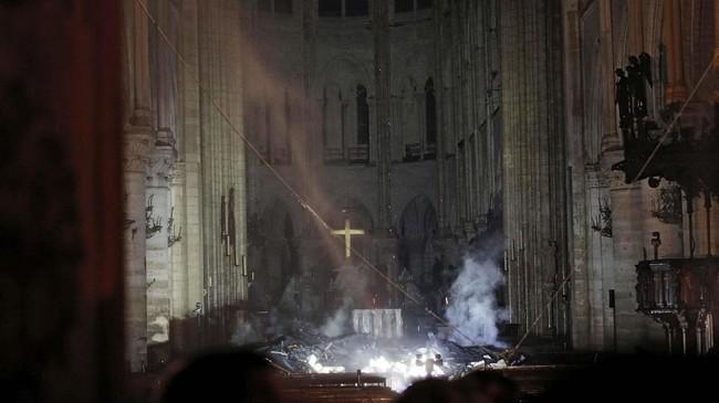 Proses penilaian tingkat kerusakan dan penyelidikan kebakaran Gereja Notre-Dame bisa memakan waktu berhar-hari. (REUTERS/Philippe Wojazer/Pool)