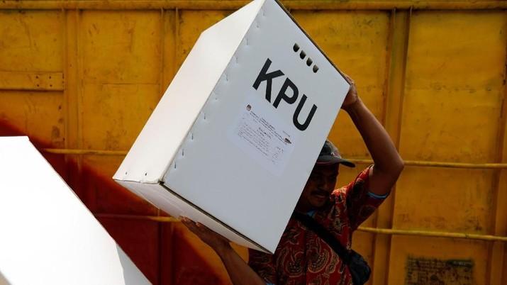 BJ Habibie menggunakan hak pilihnya di TPS 01 Komplek Patra Jasa, Kuningan Jakarta Selatan.