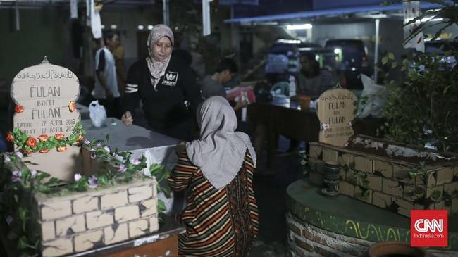 Ornamen makam menjadi daya tarik tersendiri untuk warga yang Alan datang memilih di TPS 073, Gunung Balong 1, Lebak Bulus. Jakarta Selatan. CNN Indonesia/Andry Novelino