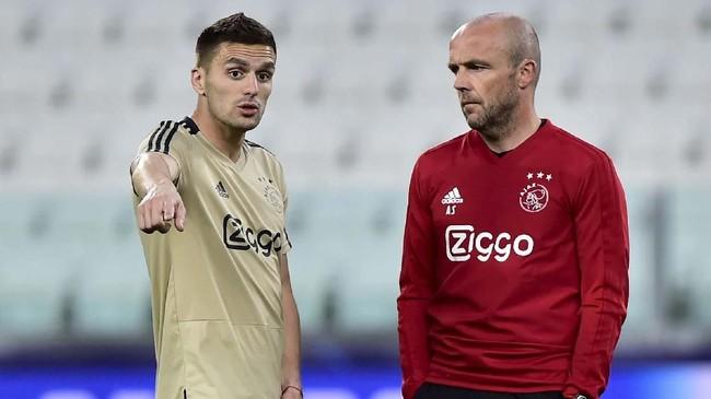 Pelatih Ajax Amsterdam Erik ten Hag berbicara dengan Dusan Tadic di sela latihan terakhir jelang melawan Juventus. (REUTERS/Massimo Pinca)