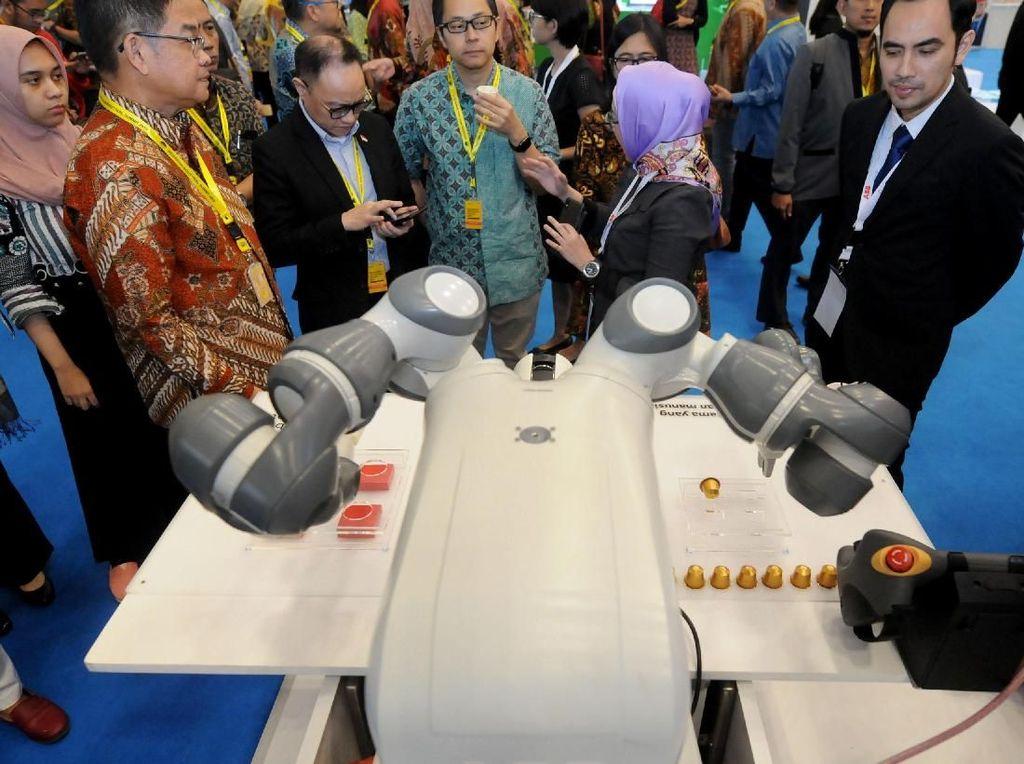 Ada juga Robot YuMi yang dirancang dengan inovasi teknologi lengan robot fleksibel, sistem pengasupan komponen universal, komponen berbasis kamera, lead-through programming, dan teknologi mutakhir sistem kontrol gerakan berpresisi tinggi. Robot ini bisa buat kopi loh. Foto: dok. ABB