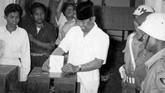 Presiden Sukarno sebagai kepala negara ikut memberikan hak pilihnya dalam pemilihan anggota Konstituante tanggal 15 Desember 1955. Presiden Sukarno memasukkan surat suara di TPS Kementerian Penerangan di Jalan Medan Merdeka Barat No. 9 Jakarta. (Sumber: ANRI)