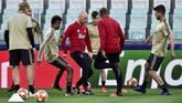 Pelatih Ajax Amsterdam Erik ten Hag tidak hanya sekadar memberi instruksi saat latihan, tapi juga terlibat dalam latihan. (REUTERS/Massimo Pinca)