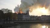 Dinas Pemadam Kebakaran Prancis sampai mengerahkan 18 unit truk pemadam dengan penyemprot tekanan tinggi menanggulangi kebakaran itu. (REUTERS/Julie Carriat)