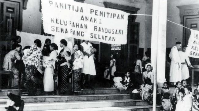 Pemandangan waktu berjalannya pemilihan umum di kota Semarang di mana telah disediakan panitia penitipan anak di Kelurahan Randusari, Semarang Selatan, 15 Desember 1955. (Sumber: ANRI)