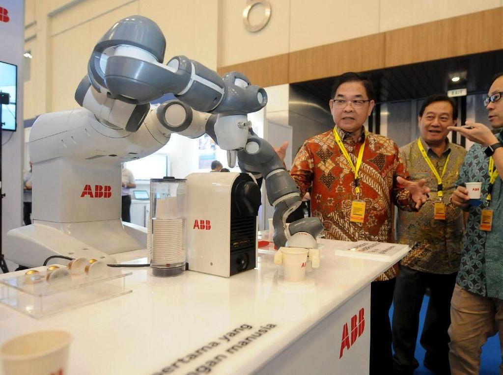 Direktur PT ABB Sakti Industri (ABB) Dodon Ramlie (kiri) menjelaskan mengenai Robot YuMi kepada peserta Indonesia Industrial Summit 2019 yang diselenggarakan oleh Kementerian Perindustrian Republik Indonesia di ICE BSD, Tanggerang, Senin (15/4). Melalui teknologi tersebut YuMi menjadi robot pertama yang dapat berkolaborasi dengan mitra manusia dan diharapkan mampu memenuhi kebutuhan industri 4.0. Foto: dok. ABB