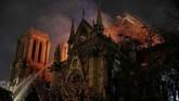 Kebakaran melanda bangunan Gereja Katedral Notre Dame di pusat kota Paris, Prancis, Senin (15/4) sore waktu setempat. (REUTERS/Philippe Wojazer)