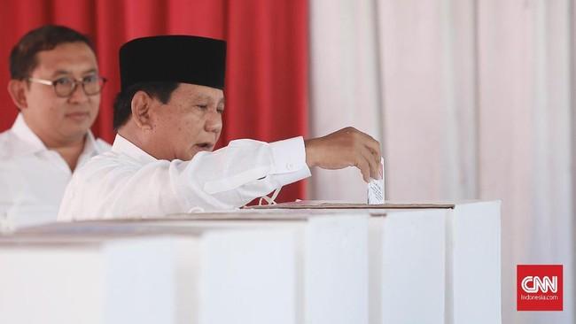 Di tempat lain, calon Presiden nomor urut 02 Prabowo Subianto menggunakan hak pilihnya di TPS 041, Kampung Curug, Desa Bojong Koneng, Babakan Madang, Bogor, Jawa Barat, Rabu (17/4/2019). (CNN Indonesia/Andry Novelino)