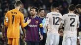Lionel Messi bersalaman dengan David de Gea usai Barcelona mengalahkan Manchester United. De Gea menjadi korban keajaiban Messi di Camp Nou. (LLUIS GENE / AFP)