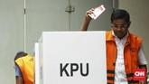 Tak terkecuali para tahanan dan napi. Tampak tersangka kasus suap proyek PLTU Riau-1, Idrus Marham TPS 12 Cabang Guntur, Rumah Tahanan (Rutan) KPK tengah memberikan suara. (CNN Indonesia/Hesti Rika)