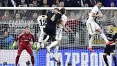 Matthijs de Ligt berhasil menanduk bola ke gawang Juventus meskipun berada dalam himpitan Daniele Rugani dan Alex Sandro. (REUTERS/Massimo Pinca)