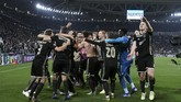 Pemain-pemain Ajax merayakan keberhasilan melaju ke semifinal Liga Champions untuk kali pertama setelah 22 tahun. (REUTERS/Alberto Lingria)