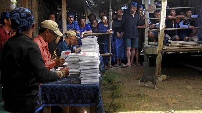 Warga Baduy Luar pun tak ketinggalan ikut memeriahkan pesta demokrasi ini, mereka antre menunggu panggilan untuk melakukan pencoblosan Pemilu 2019 di TPS 01 di Desa Kanekes, Lebak, Banten, Rabu (17/4/2019). (ANTARA FOTO/ Dziki Oktomauliyadi)