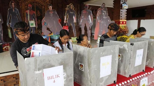 Tema super hero karya Marvel diambil oleh suatu TPS di Bali. Para pemilih pun seolah 'diawasi' oleh karakter-karakter Avengers ketika menggunakan hak suara. (AP Photo/Firdia Lisnawati)