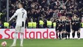 Cristiano Ronaldo terlihat bersiap melakukan kick off di saat pemain-pemain Ajax merayakan gol. (REUTERS/Massimo Pinca)