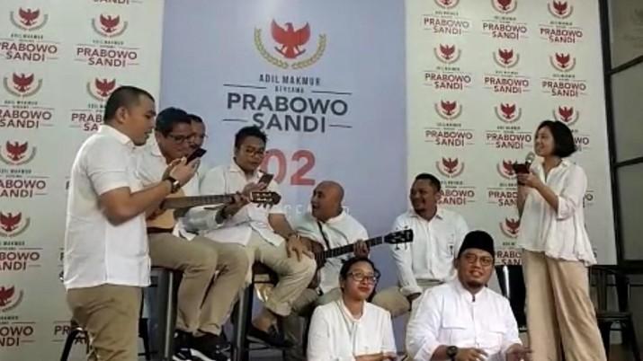 Sembari menunggu quick count, calon wakil presiden 02 Sandiaga Uno bermain gitar untuk hibur wartawan