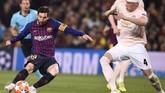 Momen keajaiban ketiga terjadi saat injury time babak pertama berjalan dua menit. Lionel Messi membuat bek Manchester United Phil Jones kocar-kacir dengan menggocek hingga tiga kali dalam satu kali giring bola. (Josep LAGO / AFP)