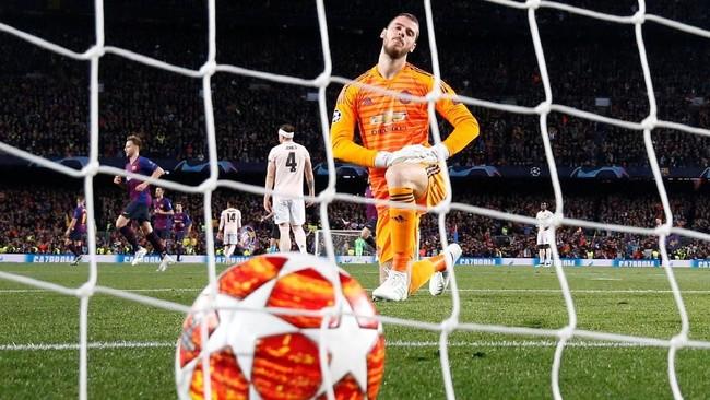 Lionel Messi menggandakan keunggulan Barcelona di menit ke-20. Tendangan kaki kanan Messi yang tak begitu kuat gagal ditangkap dengan sempurna oleh David de Gea. (REUTERS/Sergio Perez)