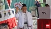 Sementara itu, Calon Wakil Presiden nomor urut 01 Ma'ruf Amin menggunakan hak suaranya pada Pilpres 2019 di TPS 02, Kebayoran Baru, Jakarta, Rabu, 17 April 2019. (CNN Indonesia/Adhi Wicaksono)