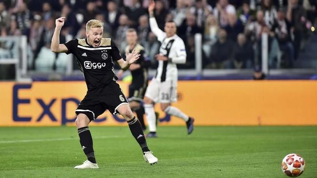 Keunggulan Juventus hanya bertahan enam menit, Donny van de Beek membobol gawang Juventus dengan tendangan dari dalam kotak penalti menaklukkan Wojciech Szczesny. (REUTERS/Massimo Pinca)