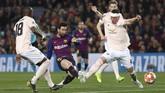 Empat menit usai gol pertama, Lionel Messi menunjukkan keajaiban keduanya. Terbantu blunder David de Gea, Messi mencetak gol keduanya lewat tendangan kaki kanan dari luar kotak penalti. (REUTERS/Sergio Perez)