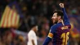 Lionel Messi membawa Barcelona unggul di menit ke-16. Tendangan kaki kiri Messi mengirim bola ke pojok kanan dan tak bisa dijangkau oleh David de Gea. (REUTERS/Sergio Perez)
