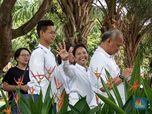 Berbaju Putih, Menteri Rini & Keluarga ke TPS Riang Gembira