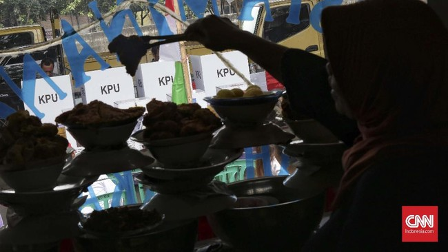 Beberapa tetap menggelar dagangannya ditengah pikuk suasana pemilu di TPS 023 pada Pemilu 2019 di Pademangan, Jakarta, Rabu (17/4/2019). (CNN Indonesia/Adhi Wicaksono)