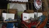 Warga menggunakan hak pilih di TPS 10 Kampung Cinderejo, Solo, Jawa Tengah, Rabu (17/4). TPS unik bertema Nyoblos di Becak tersebut untuk meningkatkan partisipasi pemilih pada Pemilu 2019. (ANTARA FOTO/Maulana Surya)