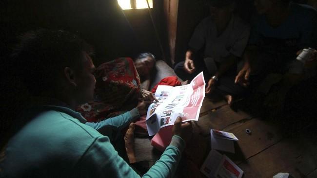 Kelompok Penyelenggara Pemungutan Suara (KPPS) juga mendatangi warga yang sakit ke rumah saat pencoblosan Pemilu 2019, di Kaki Pegunungan Meratus Desa Kiyu, Hulu Sungai Tengah, Kalimantan Selatan, Rabu (17/4/2019). (ANTARA FOTO/Bayu Pratama S)
