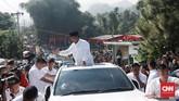 Sebelum meninggalkan TPS Prabowo sempat menghampiri sejumlah emak-emak yang bernyanyi dan meneriakkan yel-yel 'Prabowo Presiden'(CNNIndonesia/Andry Novelino)