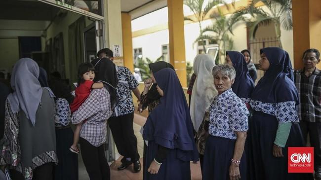 Tak hirau dengan segala keterbatasan, warga tetap menyuarakan hak pilih mereka, seperti tampak pada pemungutan suara di TPS 016, Panti Sosial Bina Netra Cahaya Batin, Cawang, Jakarta, Rabu, 17 April 2019. (CNN Indonesia/Bisma Septalisma)