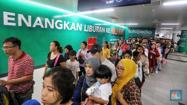 Habis Nyoblos, Warga Membludak Naik MRT