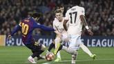 Momen keajaiban pertama Lionel Messi terjadi pada menit ke-16. La Pulga mencetak gol spektakuler setelah merebut bola dari Ashley Young, menggocek Fred, dan menaklukkan David de Gea lewat tendangan dari luar kotak penalti. (REUTERS/Sergio Perez)