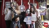 Warga juga ikut meramaikan Pemilu dengan berbagai kostum unik, seperti dilakukan warga keluharan Lebak Bulus, Jakarta Selatan menggunakan hak suaranya untuk memilih pada Pemilu 2019. (CNN Indonesia/Andry Novelino)