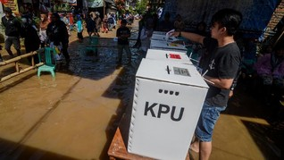 Warga Bandung Terdampak Banjir Dijemput Perahu ke TPS
