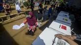 Warga bahkan rela menerjang banjir untuk memberikan hak suaranya di TPS 16 di Bojongasih, Dayeuhkolot, Kabupaten Bandung, Jawa Barat, Rabu (17/4/2019). (ANTARA FOTO/Raisan Al Farisi/aww)