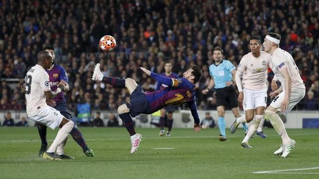 Momen keajaiban terakhir atau kelima terjadi pada menit ke-64. Lionel Messi hampir menciptakan hattrick andai tendangan saltonya tepat sasaran. Messi tetap mampu melakukan tendangan salto meski dikawal Phil Jones dan Ashley Young. (REUTERS/Susana Vera)