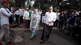 Diiringi Selawat, Sandi Tiba di TPS 002 Bersama Istri