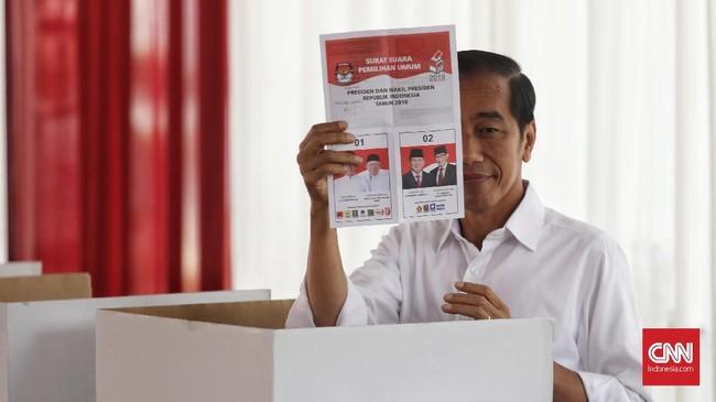 Calon Presiden nomor urut 01 Joko Widodo didampingi istrinya Iriana menggunakan hak suaranya pada Pilpres 2019 di TPS 008, Gambir, Jakarta, Rabu, 17 April 2019. (CNN Indonesia/Hesti Rika)