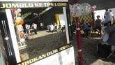 Sejumlah warga menunggu giliran untuk mencoblos di TPS 2 Desa Procot, Kabupaten Tegal, Jawa Jawa Tengah. TPS bertema kemeriahan Pemilu melalui medsos tersebut dibuat warga untuk meningkatkan partisipasi dalam menggunakan hak pilihnya pada Pemilu 2019. (ANTARA FOTO/Oky Lukmansyah)